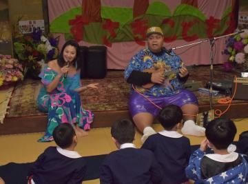 卒園パーティーで園児と触れ合う小錦八十吉さん(右)と妻の千絵さん=潮来市洲崎