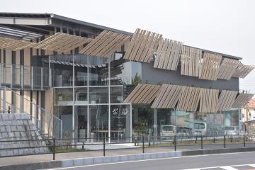 隈研吾氏が設計した「さかい河岸レストラン 茶蔵」の外観=境町