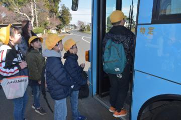 初めてスクールバスに乗り込む鉾田市立鉾田南小の児童たち=同市安房