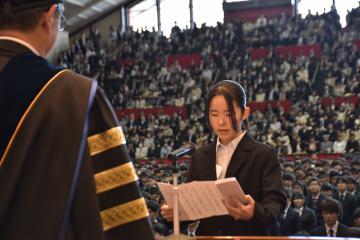 入学生代表で宣誓する石橋花さん=水戸市新原