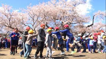 上級生と楽しい時間を過ごす1年生=土浦市立真鍋小、高松美鈴撮影