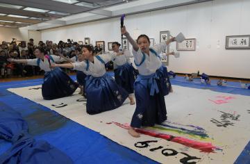 華麗なダンスを交え演技する水戸葵陵高書道部=水戸市千波町