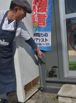 コインランドリーに描かれたバンクシー風の絵=水戸市米沢町