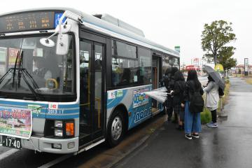 小見川駅に向かうバスに乗り込む学生たち=神栖市平泉東