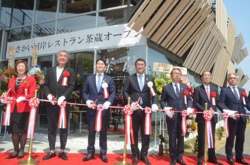 設計を手掛けた隈研吾さん(左から2人目)や橋本正裕町長(同3人目)ら関係者が施設の完成を祝いテープカット=境町
