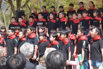 「野口雨情詩碑公園」のリニューアルを記念した式典で合唱する北茨城市立精華小学校の6年生=同市中郷町日棚