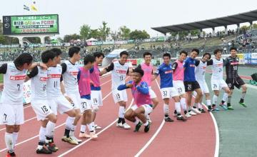 第10節岐阜戦に勝利後、サポーターの前でダンスを踊る水戸の選手たち=岐阜長良川競技場