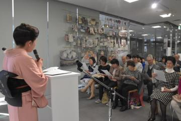 水戸朗読の会の篠原ゆみ子さん(左)の指導で、朗読に挑戦する参加者=水戸市南町