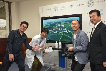 特選を喜ぶ立原裕之さん(右から2人目)、島田穣一市長(右端)と生産者の2人=小美玉市役所