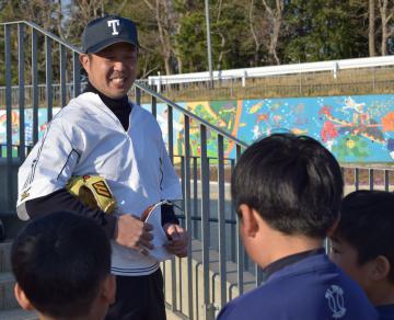 練習後、子どもたちに声を掛ける原島正光さん=東海村村松