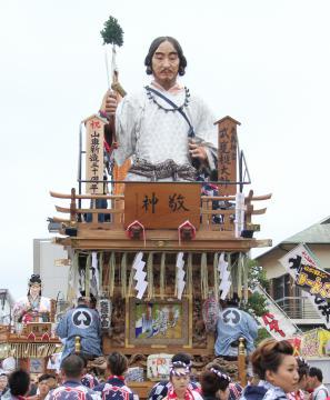 武甕槌大神の人形を飾っている角内区の山車(鹿嶋市提供)