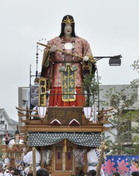 天照皇大神の人形を飾っている仲町区の山車