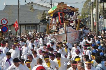 左右に大きく揺さぶられながら街中を通り抜ける神船=北茨城市大津町