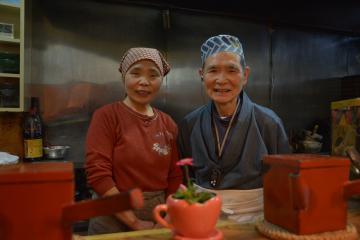 「とにかく感謝の気持ちを伝えたい」と話す「そば処 萬庵」の永島匡さん(右)と妻たみ子さん=水戸市泉町