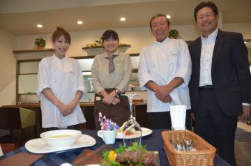檜山太一理事長(右)と「ビストロ・ラ・ポルト・アミ」のメンバー=水戸市住吉町