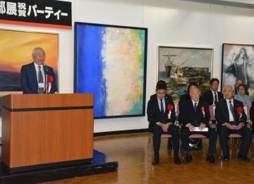 第57回二科茨城支部展の開幕セレモニーであいさつする支部顧問も務める田中良・二科会理事長(左)=水戸市千波町