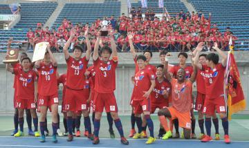 4年ぶり8度目の優勝を喜ぶ流通経大の選手=ケーズデンキスタジアム水戸