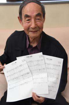 作詞した演歌3曲の楽譜を示す渡辺千春さん=筑西市乙の茨城新聞筑西支社