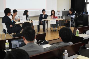 令和時代の展望などを議論する登壇者ら=水戸市文京の茨城大学