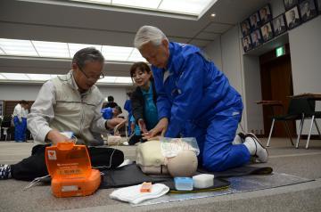 心肺蘇生やAEDの操作を体験する福地源一郎県議会副議長(右)ら=県議会大会議室
