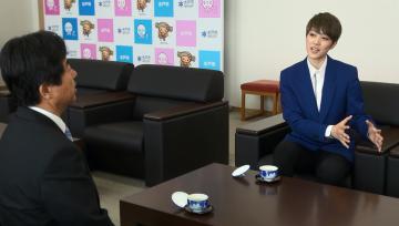 宝塚歌劇団を退団後初めて高橋靖市長(左)を表敬訪問した七海ひろきさん=水戸市役所