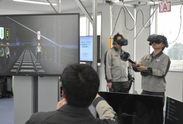 VRで作業の訓練を行うJR社員=内原設備訓練センター