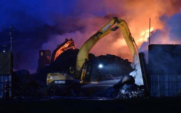 消火活動が続く常総市の廃材置き場火災=16日午後7時ごろ、同市坂手町