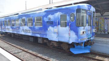 出発するラッピング列車=那珂湊駅