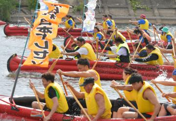 鬼怒川を舞台に行われた茨城国体デモンストレーションスポーツのEボート=下妻市鎌庭、鹿嶋栄寿撮影