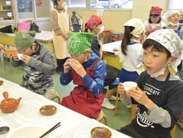 急須で入れたお茶を味わう児童=高萩市島名