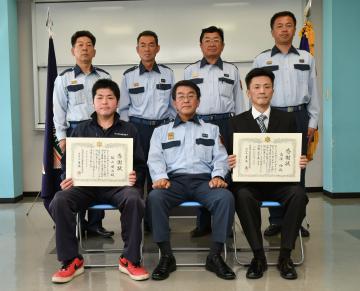 人命救助に貢献し感謝状を贈られた飯山健次さん(前列左)と高須功さん(同右)=古河市中田