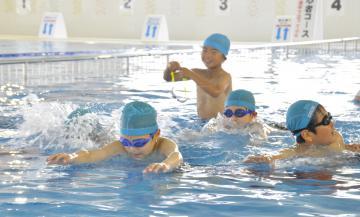 屋内温水プールで水泳の授業を楽しむ鹿嶋市立中野西小学校の児童たち=同市津賀
