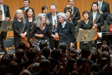 24日夜に東京都内で行われた水戸室内管弦楽団の公演で指揮をした小澤征爾さん(中央右)。左は共演したピアニストのマルタ・アルゲリッチさん=東京都新宿区(©堀田力丸撮影)