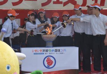 下妻一高、下妻二高、下妻特別支援学校の生徒代表により下妻市の火が一つになった=同市堀篭