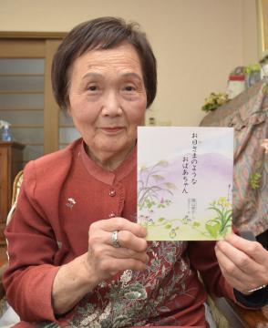 祖母の教えを本にまとめた篠山孝子さん=下妻市下妻丙