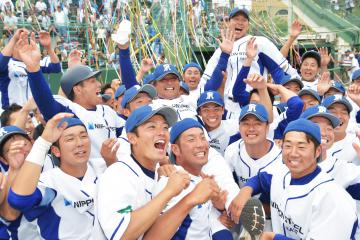 本大会出場を決め、中島監督を胴上げする日本製鉄鹿島の選手ら=日立市民球場