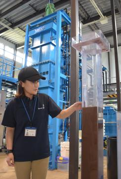 高度浄水処理施設の実験プラントで「イオン交換樹脂処理」を説明する職員=土浦市大岩田