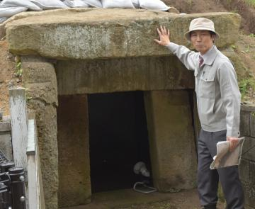上下逆さまになっている石室羨道部の石=城里町北方の徳化原古墳