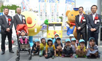 JR日立駅中央口前に設置されたラッピングポストと日立市立おおもり保育園の園児たち=同市幸町