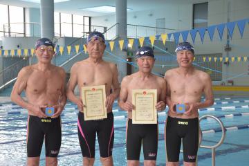 競泳400メートルメドレーリレーとフリーリレーで新記録を更新した伊藤剛さん、坪井孝さん、野上役二郎さん、滝本隆博さん(左から)=ひたちなか市堀口
