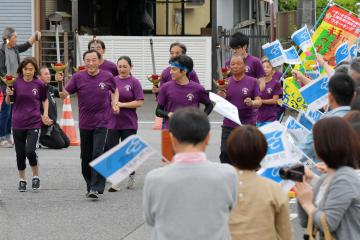 声援を受けゴールの五霞町役場に入る炬火ランナー=9日、同町小福田、鹿嶋栄寿撮影