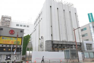 パネルが設置され解体工事が始まった旧水戸京成百貨店=水戸市泉町