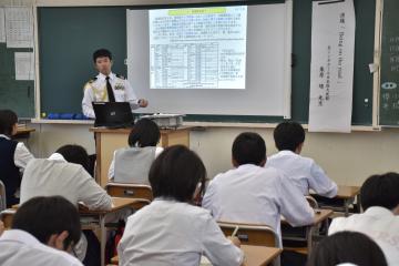 母校で講演する卒業生=常陸太田市栄町
