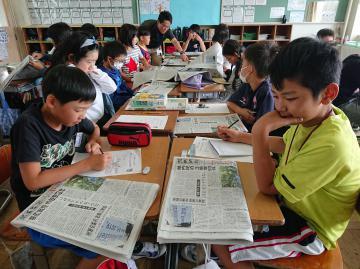 新聞の見出しの工夫などを学ぶ児童たち=日立市立滑川小