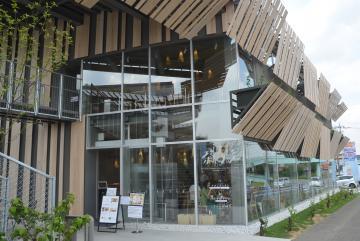 隈研吾氏が設計したレストラン。外観にスギ材を用いて国立競技場とリンクするデザインに仕上げた=境町