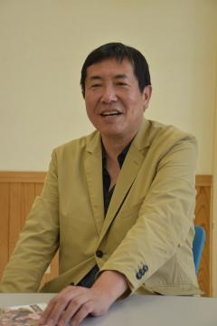 映画「ある町の高い煙突」への思いを語る松村克弥監督=日立市東河内町