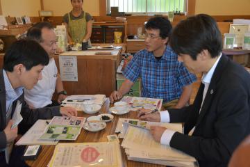 輸出に向け、無料診断を受ける吉田茶園の吉田正浩園主(右から2番目)=古河市大堤