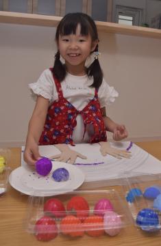色を付けた卵の殻で作品を作る岩本紗和さん=つくば市内