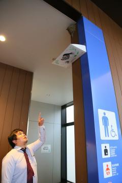 守谷サービスエリアのトイレ入り口に作られたツバメの巣=守谷市野木崎