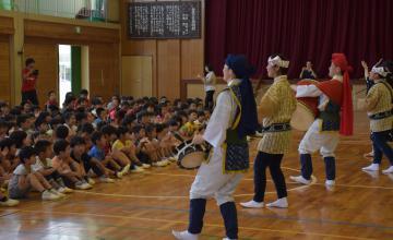 沖縄の盆踊り「エイサー」に合わせて手拍子で盛り上げる子どもたち=日立市金沢町